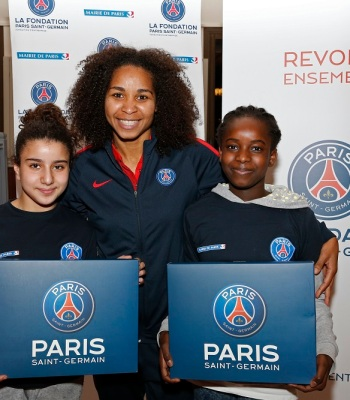 Une vingtaine de filles âgées de 10 à 13 ans a participé à la cérémonie de lancement du programme annuel Allez les Filles, réalisé en partenariat avec la Mairie de Paris, ce mercredi 11 janvier à Bougival, aux côtés de l'équipe féminine du Paris Saint-Germain.